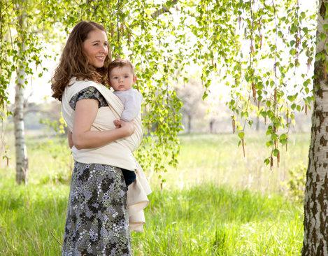 47566586e9f115 Mutter trägt Baby mit Cotonea Tragetuch aus Bio Baumwolle in Naturfarbe 2