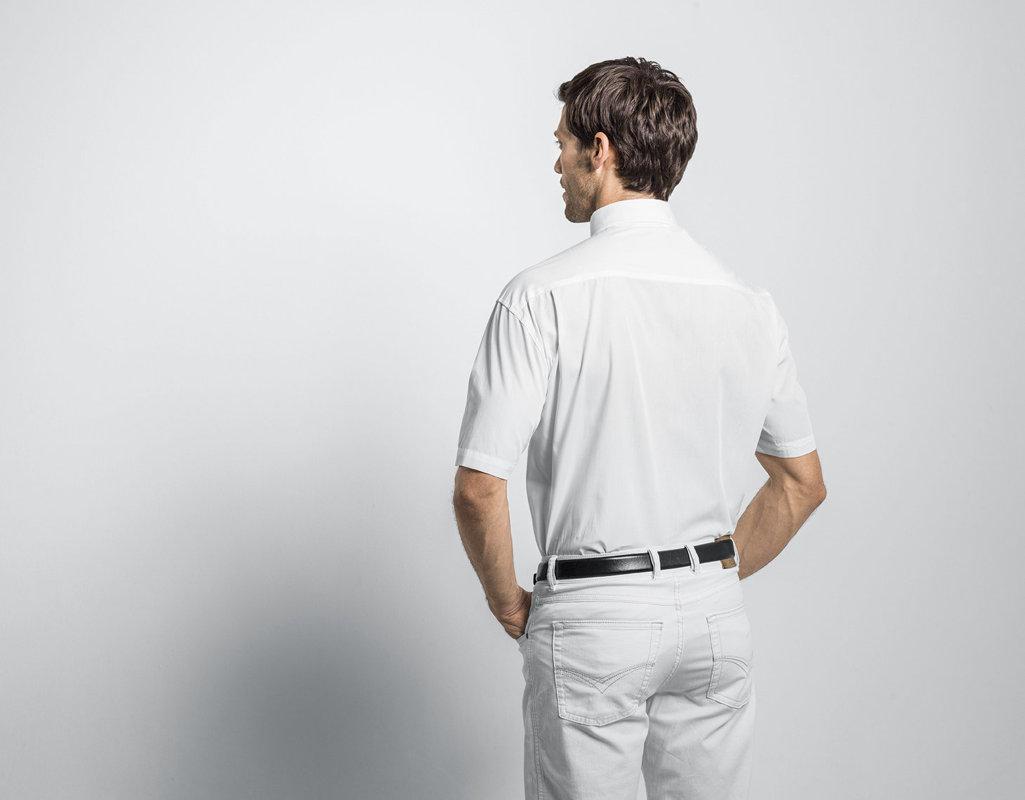 ef38ecd502d8 Kurzarm Herren Hemd aus Bio Baumwolle mit Button-Down Kragen in Weiß Model  Rückenansicht ...