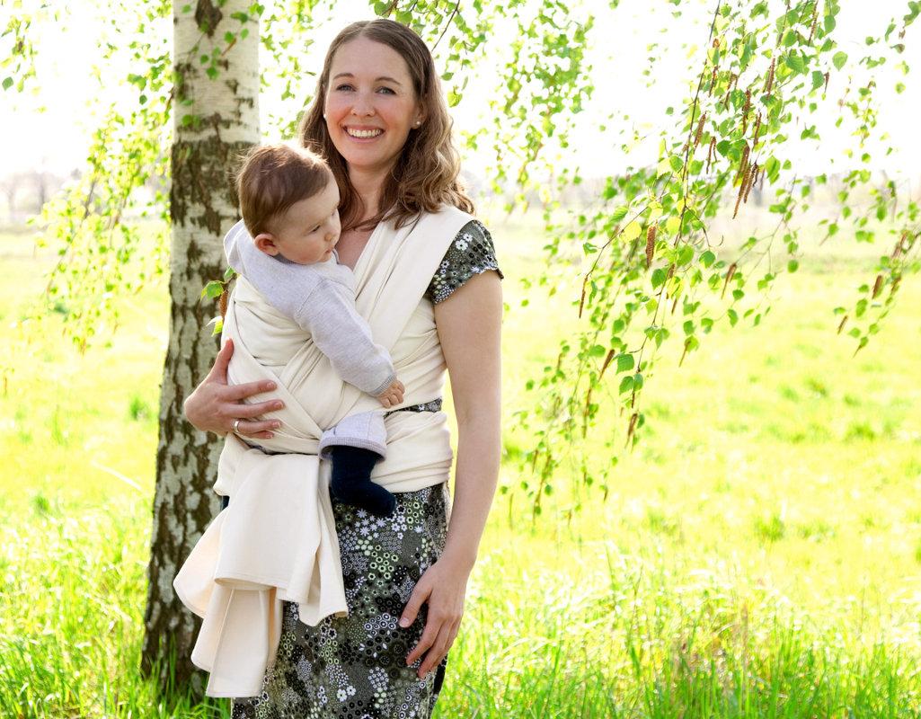 ceaa37ae46a417 Mutter trägt Baby mit Cotonea Tragetuch aus Bio Baumwolle in Naturfarbe ...